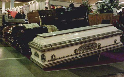 Выставка - полированные гробы